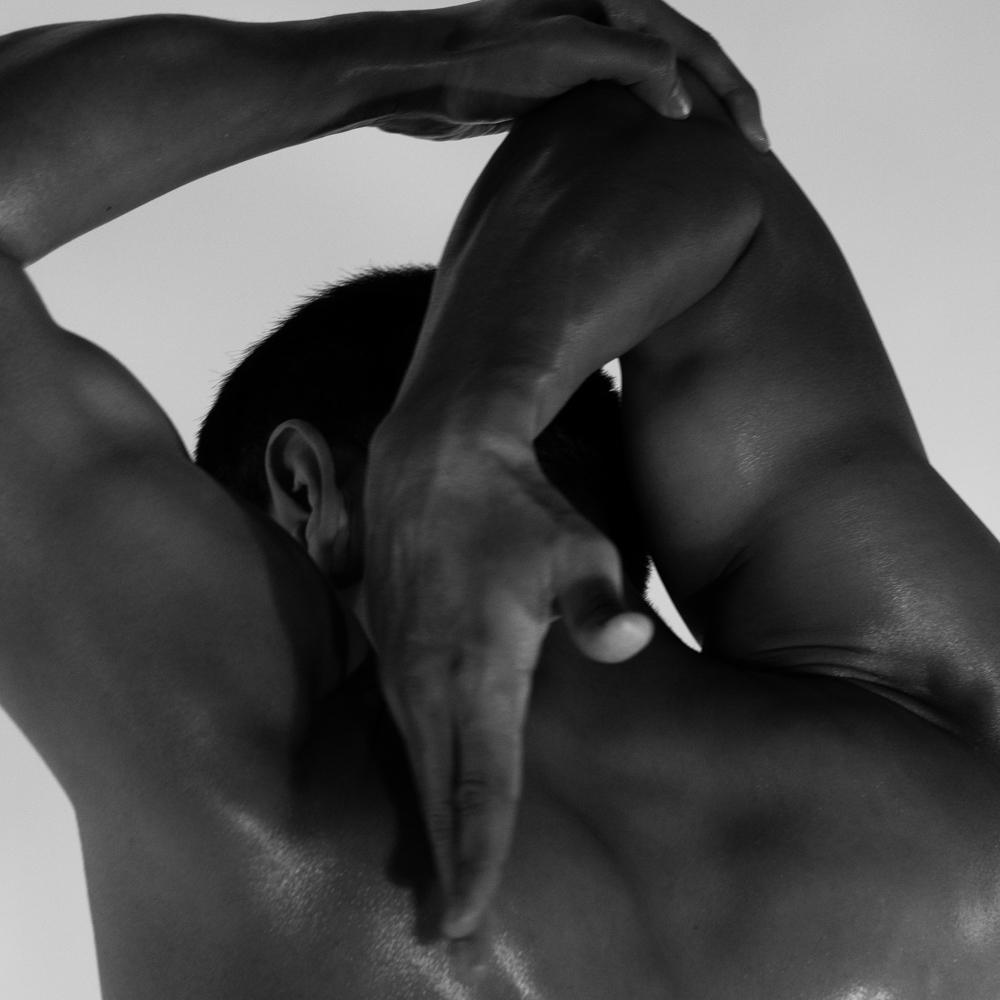 Ближе к телу: специальная съемка Louis Vuitton x BURO. (фото 20)