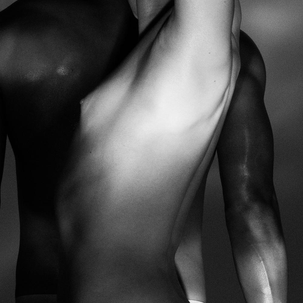 Ближе к телу: специальная съемка Louis Vuitton x BURO. (фото 17)