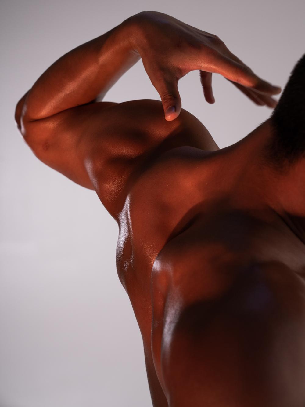 Ближе к телу: специальная съемка Louis Vuitton x BURO. (фото 2)