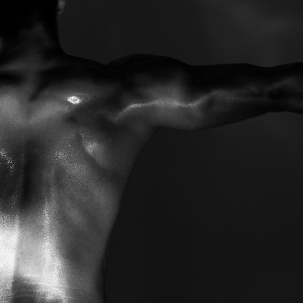 Ближе к телу: специальная съемка Louis Vuitton x BURO. (фото 9)