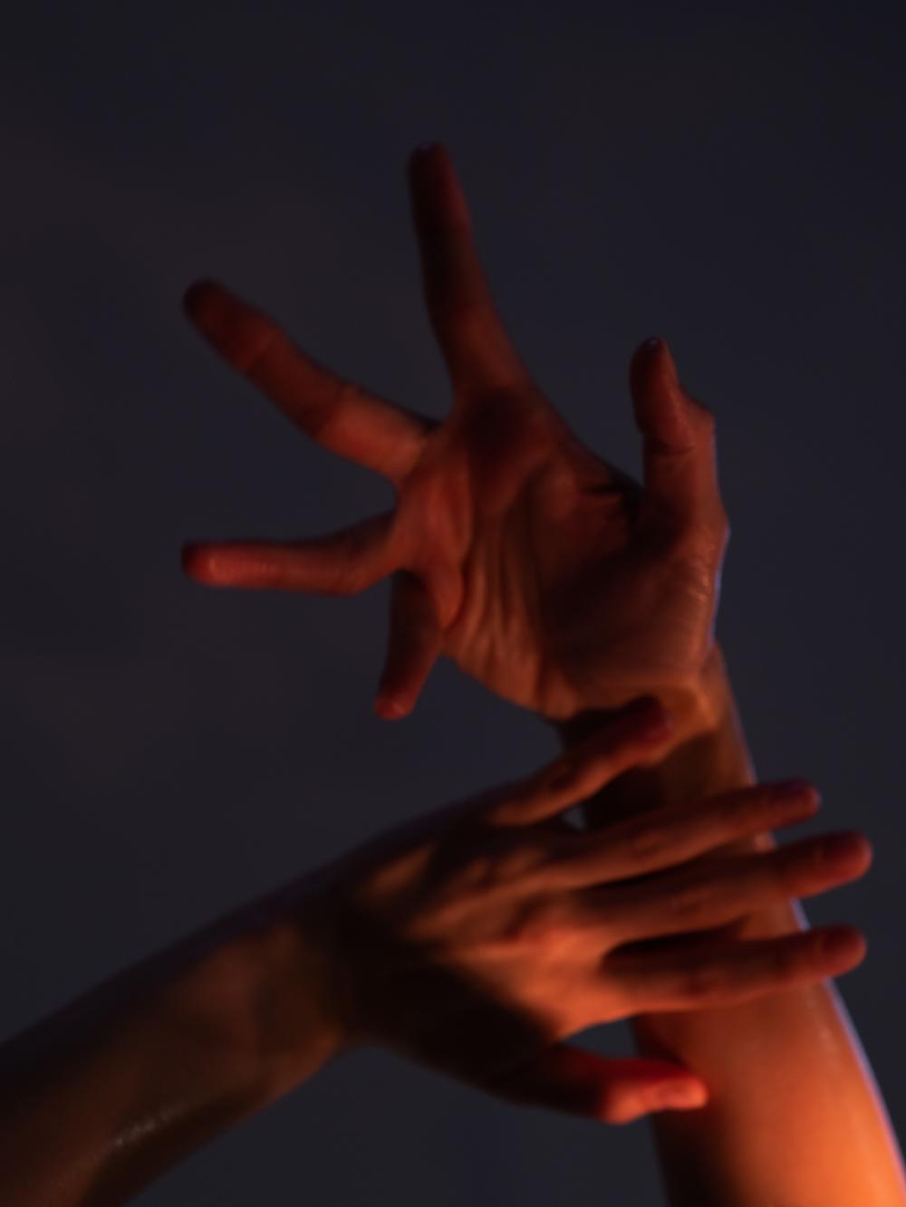 Ближе к телу: специальная съемка Louis Vuitton x BURO. (фото 5)