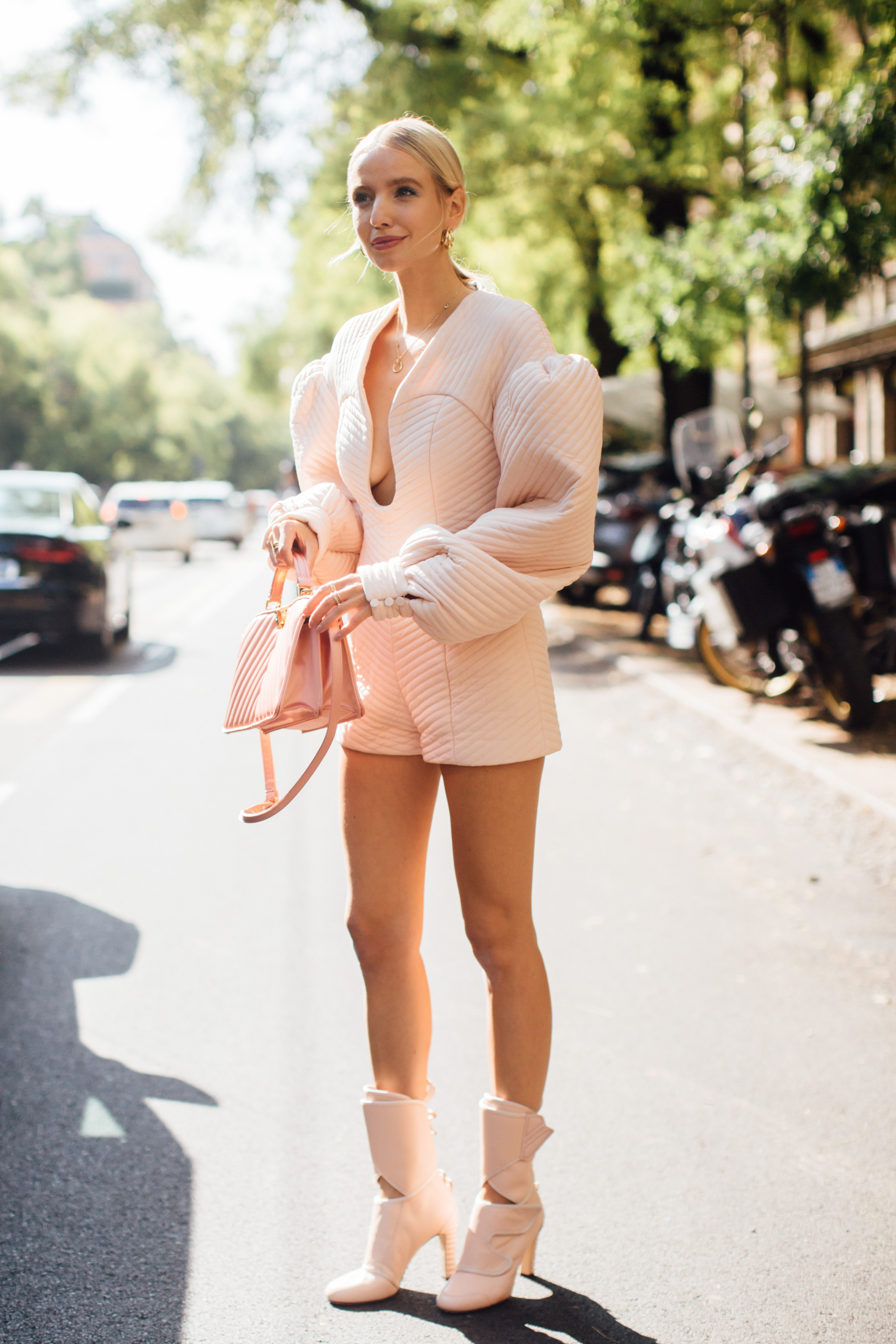 Spotted: Street style in times of the coronavirus (фото 12)