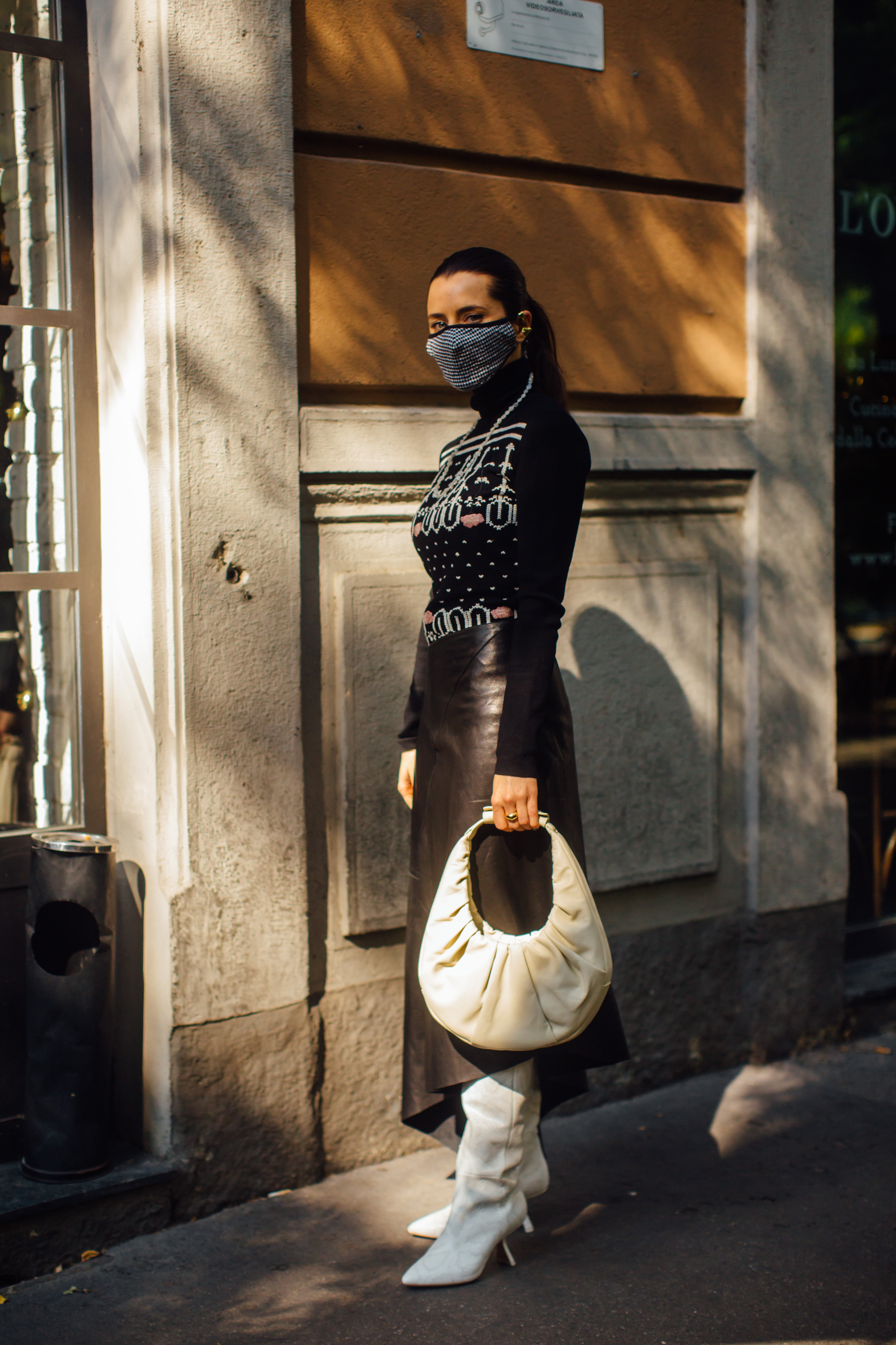 Spotted: Street style in times of the coronavirus (фото 19)