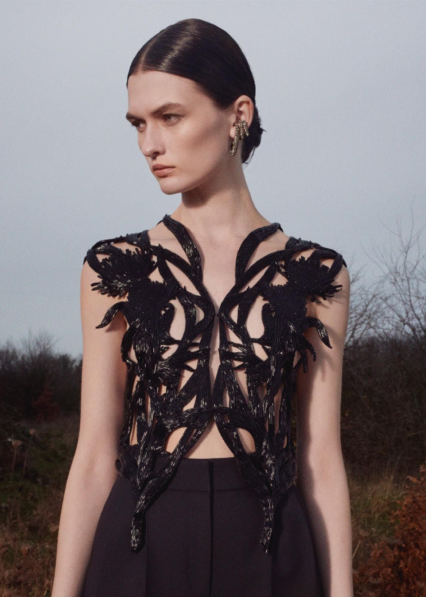It's all about the raw and the refined in Alexander McQueen's Pre-Fall '20 collection (фото 3)