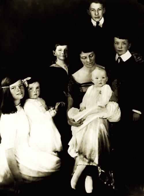 Кэтрин с матерью, сестрами и братьями