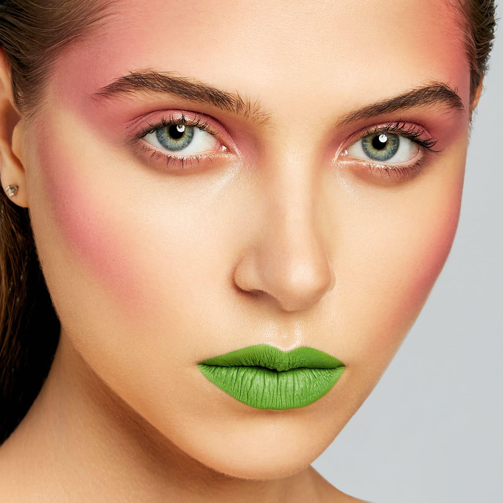 Зеленые губы, розовые щеки