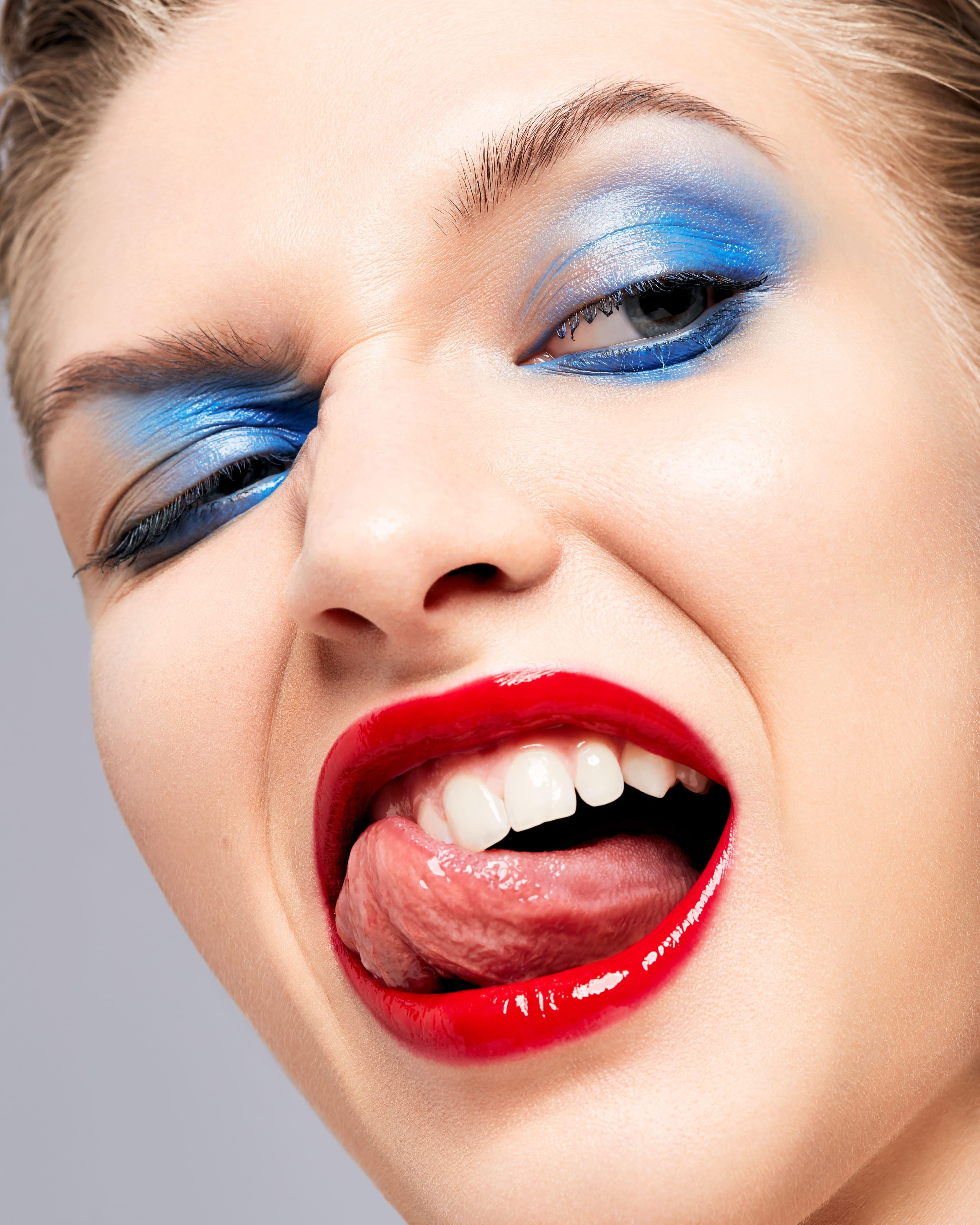 Асимметричный макияж и глянцевые губы