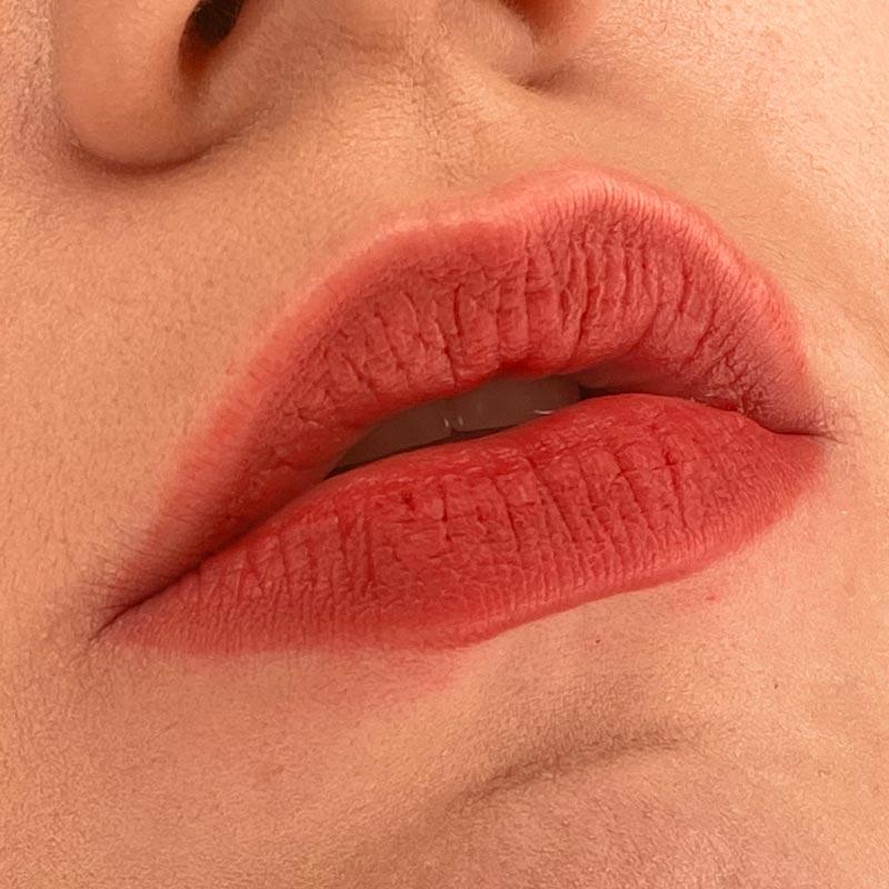 Помада Tatouage Couture Velvet Cream, 211 Chili Incitement, YVES SAINT LAURENT на губах