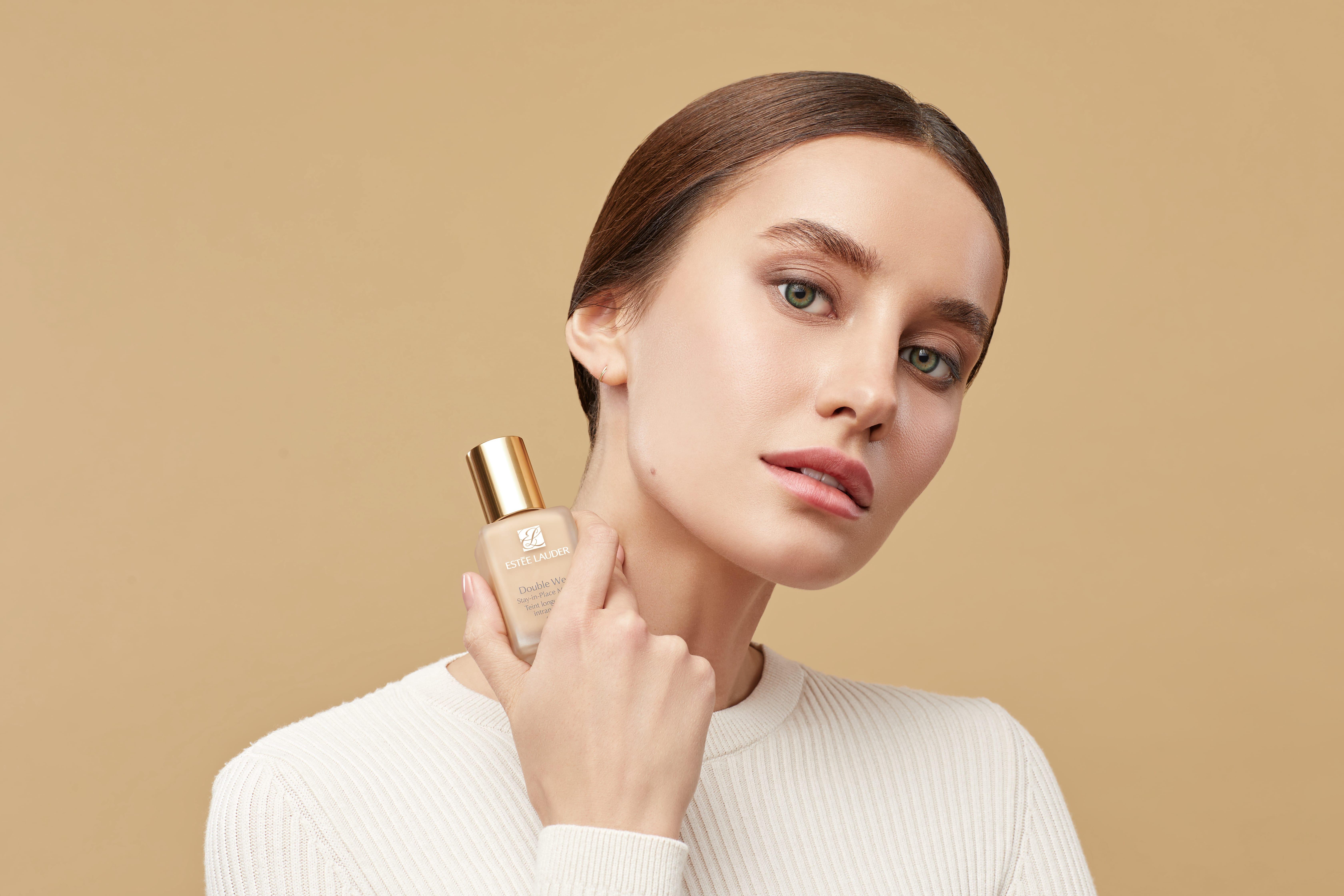 Тональный крем Double Wear SPF 10 от Estée Lauder на лице