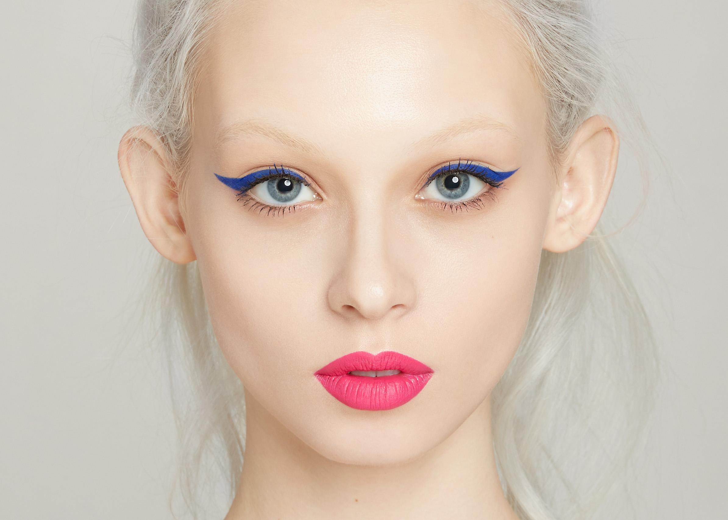 Синие стрелки, розовые губы