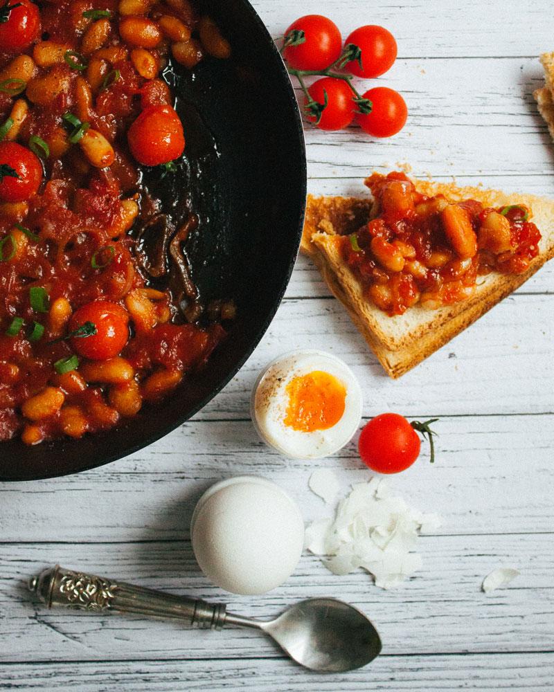 Фасоль с тостами и яйцом