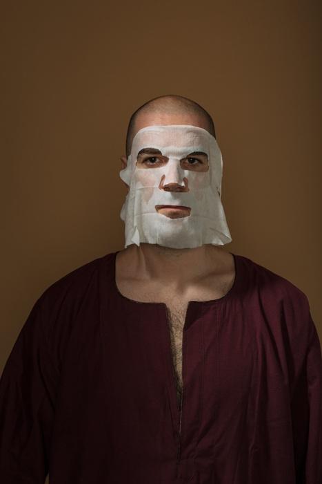 Автопортрет с увлажняющей маской для лица