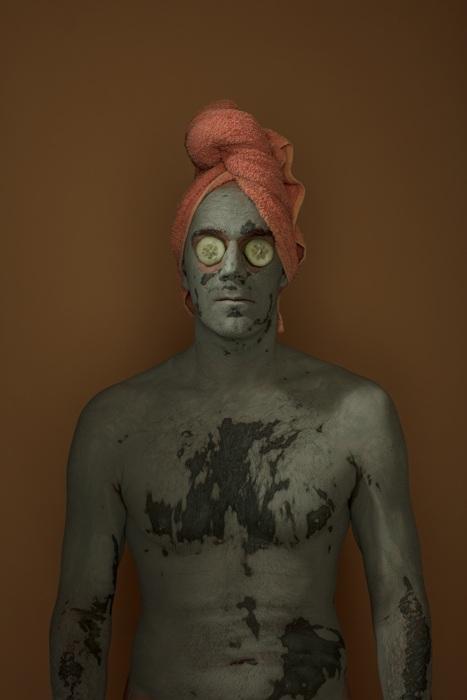 Автопортрет с маской из глины, избавляющей от акне и высыпаний