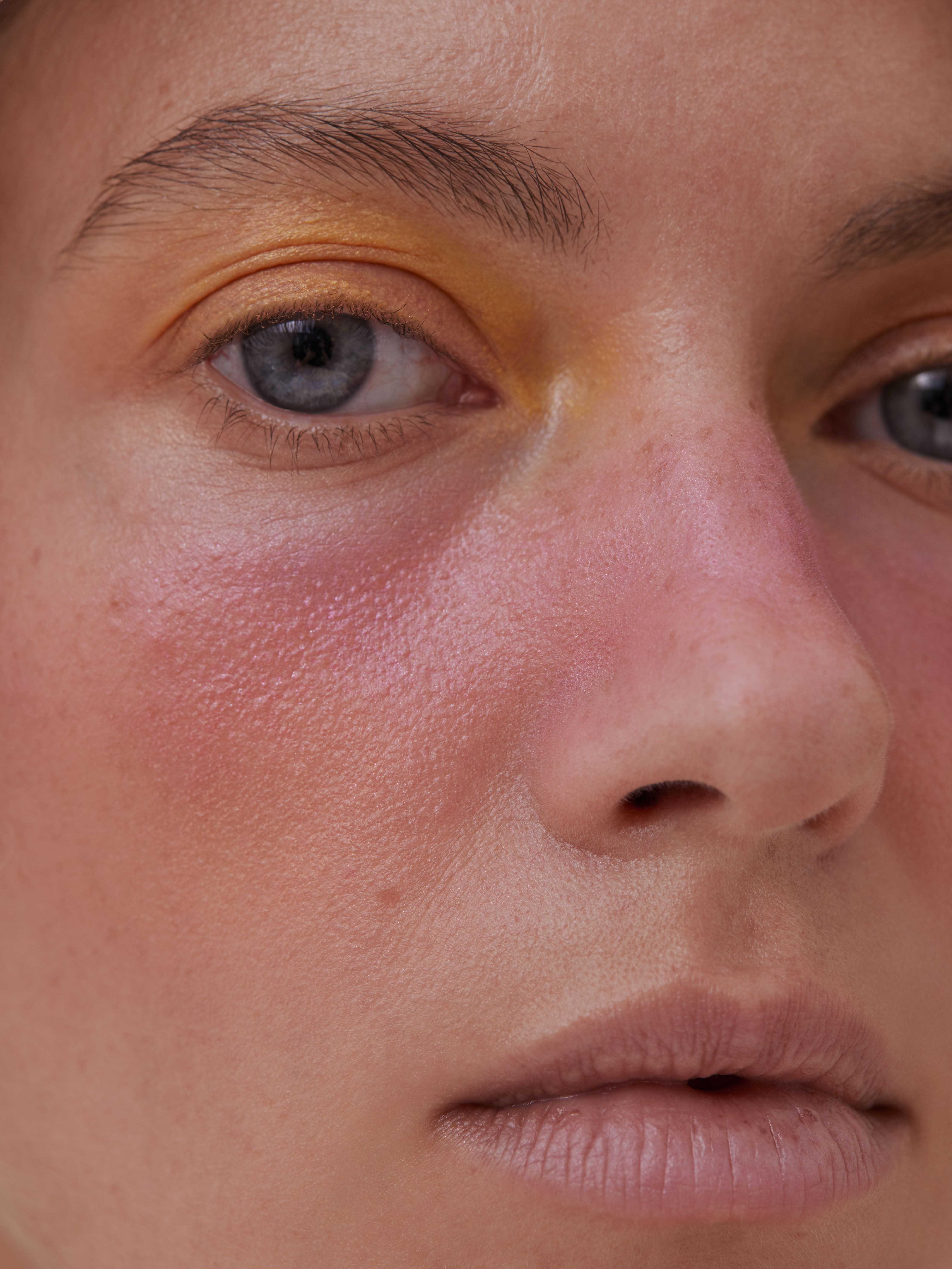 Розовый макияж на разных лицах