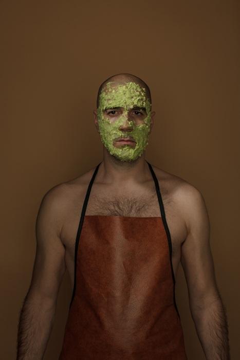 Автопортет с маской из авокадо